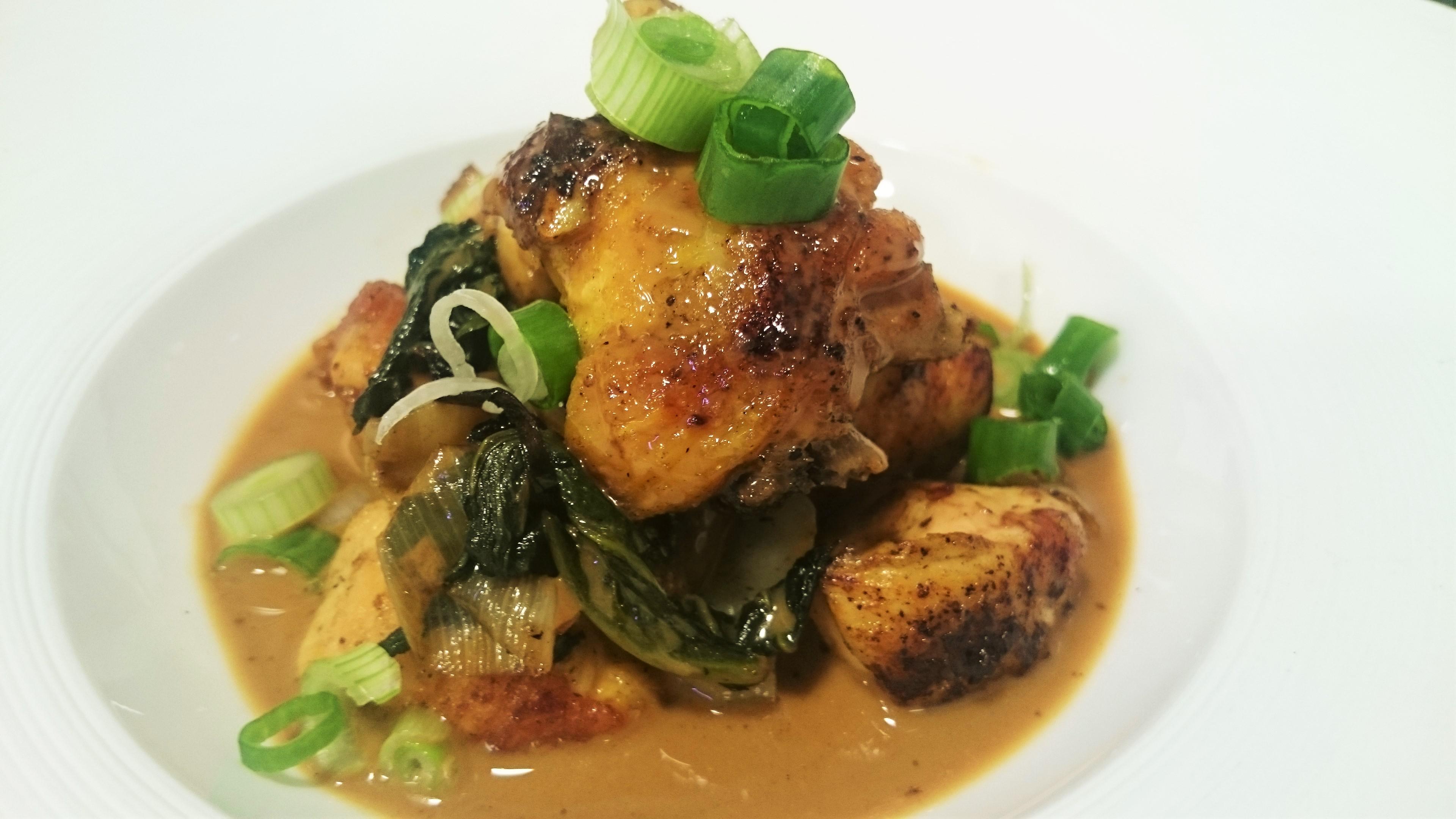 Pollo salteado con Pak Choy y salsa de curry rojo